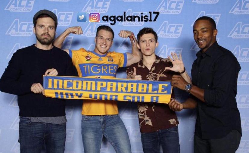 Aficionado de Tigres posó con actores de Avengers y una bufanda de su equipo (Twitter: @agalanis17)