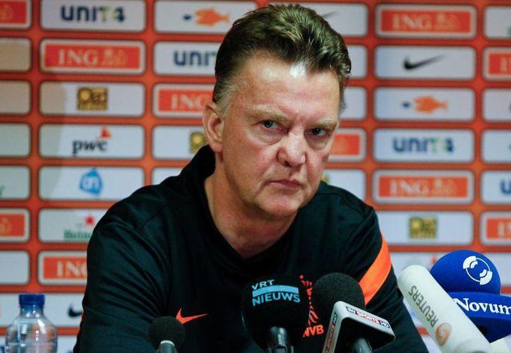 El técnico holandés dijo que quiere conocer a sus jugadores antes de decidir sobre cualquier transferencia. (metro.co.uk)