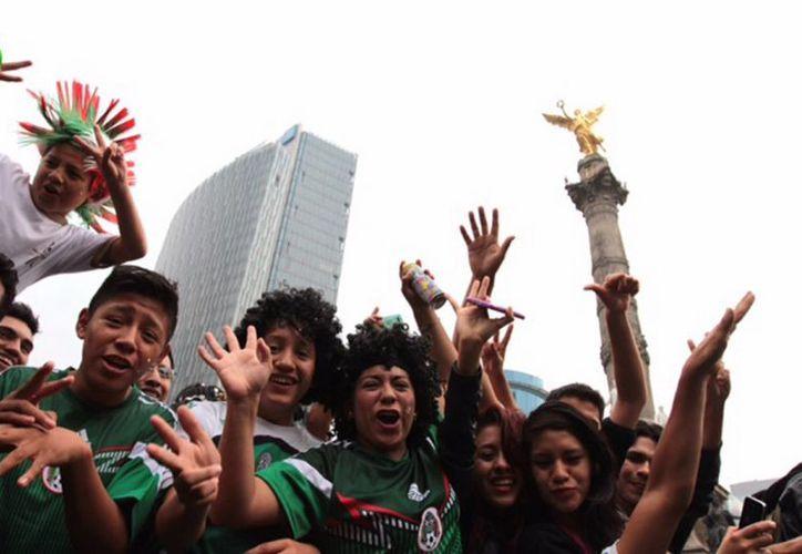 Miles de aficionados a la selección nacional se reúnen en el Ángel cada vez que triunfan. (Notimex)
