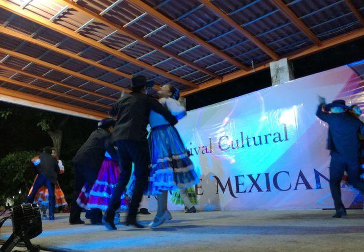 La festividad inició desde las 19.00 horas cuando se instaló el tianguis en el que artesanos del municipio pusieron a la venta sus productos. (Sara Cauich/SIPSE)