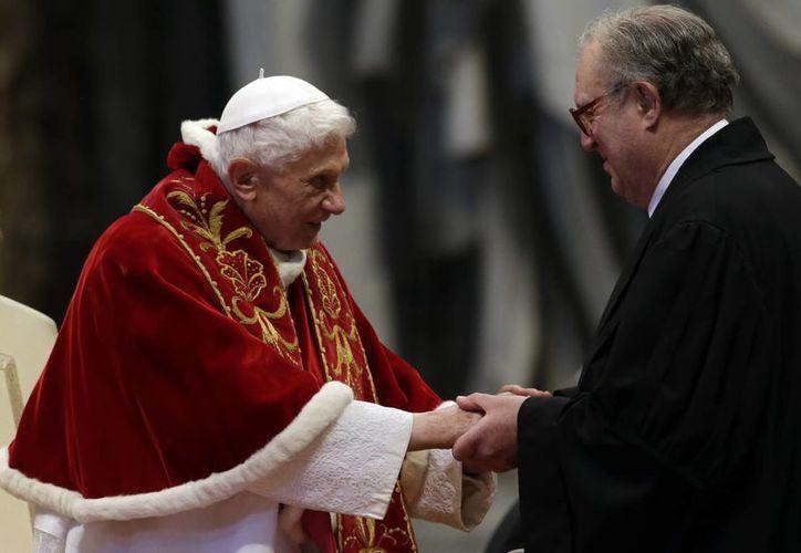 El Papa saluda a Fray Matthew Festing, gran maestre de la Orden de Malta. (AP)