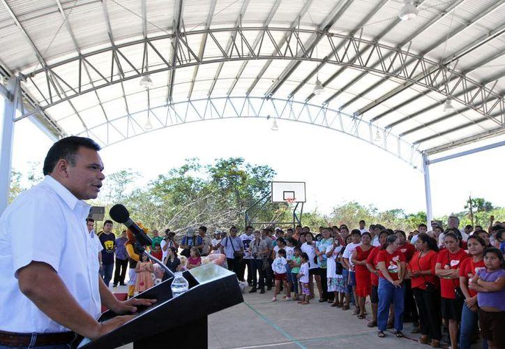 En Kinchil, el Gobernador entregó una cancha de usos múltiples y material deportivo, para la formación de jóvenes atletas. (Cortesía)