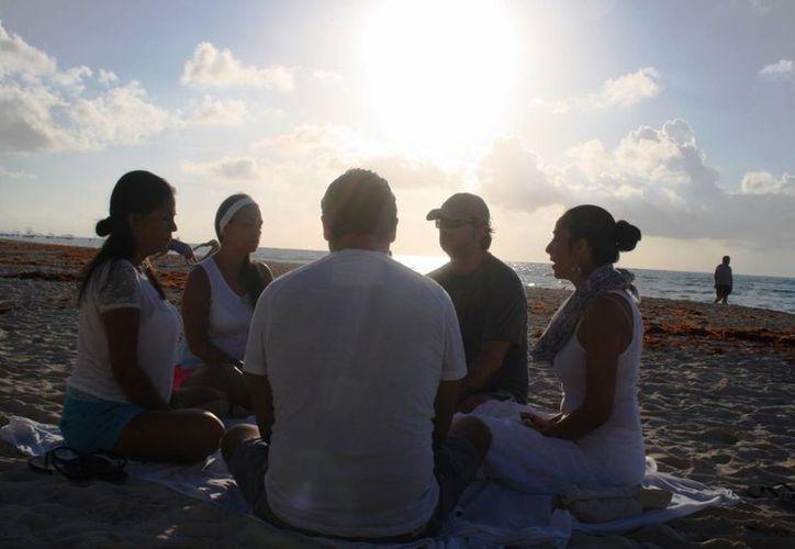 El grupo se reúne en la playa Shangri La, para realizar la técnica de meditación Theta Healing. (Octavio Martínez/SIPSE)