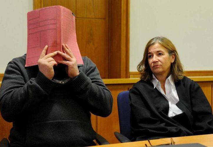 Niels H. durante una audiencia del juicio que se realiza en su contra por el asesinato de decenas de pacientes que estaban a su cargo. (DPA)