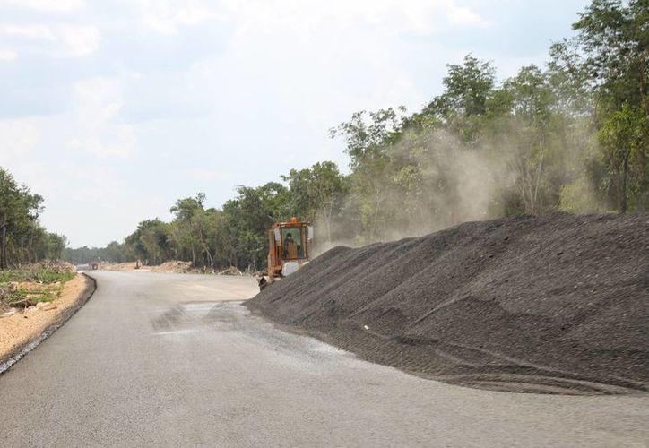 Ejidatarios de nueve comunidades reclaman caminos habilitados para llegar al otro lado de sus tierras que fueron atravesadas por la carretera federal construida por ICA. (Juan Cano/SIPSE)