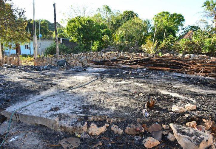 Luego de que el fuego consumiera su hogar, autoridades locales resolvieron apoyar a la familia con fardos de lámina y despensas. (Manuel Salazar/SIPSE)