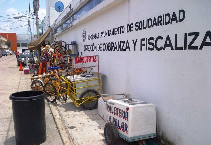 La Dirección de Fiscalización realizó 30 los decomisos a vendedores ambulantes en la zona de playas durante la temporada de Semana Santa.  (Daniel Pacheco/SIPSE)