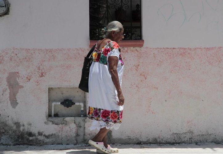 Los adultos mayores son más propensos a automedicarse y a acudir a diferentes doctores y farmacias. (Tomás Álvarez/SIPSE)