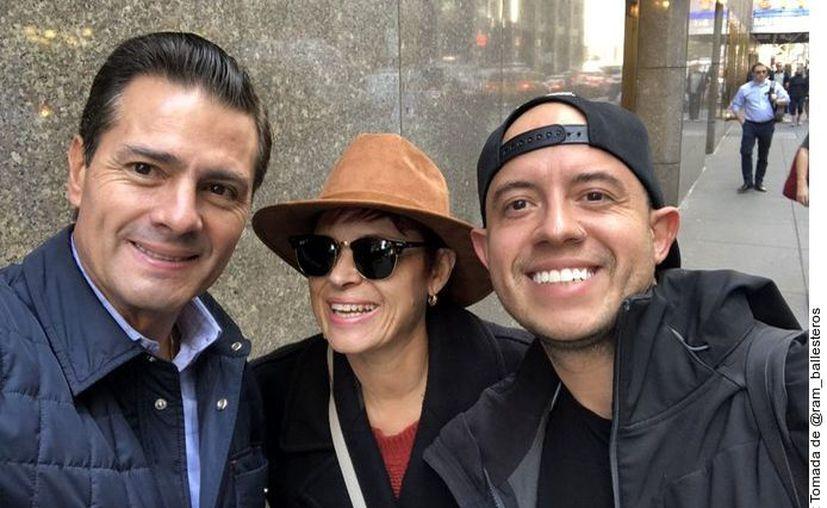 El ex Presidente EPN (izq.) posó junto a un usuario de redes en Nueva York, luego que fuera captado disfrazado junto a su novia en un restaurante. (Agencia Reforma)