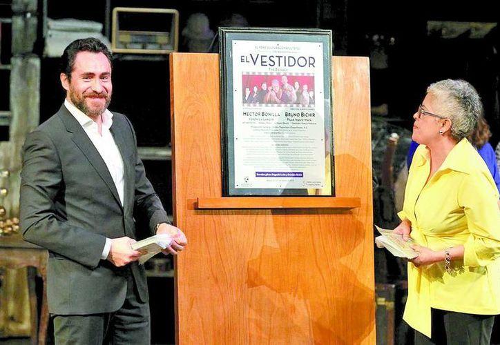Demian Bichir acompañado de la cantante Eugenia León, develó la placa de las 100 representaciones de la obra de teatro El Vestidor. (Milenio)
