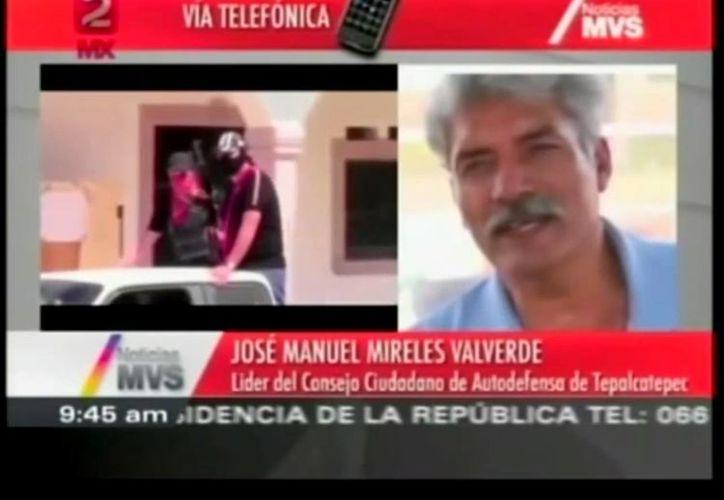 """Mireles se quejó de que """"a nosotros sí nos desarman, pero no a los criminales que usan granadas de guerra, rifles..."""". (Captura de pantalla de YouTube)"""