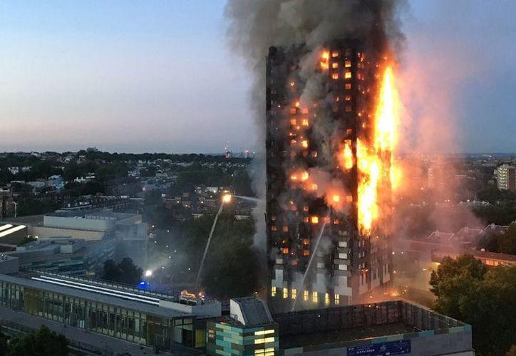 Las autoridades temen que el número de víctimas siga incrementándose ya que gran parte del edificio no ha sido explorado. (El Observador)