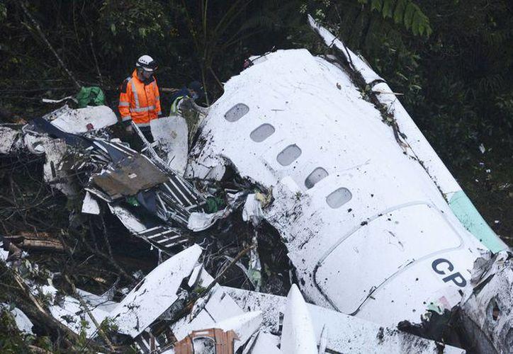 Los investigadores del siniestro indagan por qué el avión de fabricación británica se quedó aparentemente sin combustible antes de impactar contra una ladera, la noche del lunes. Imagen de la aeronave destrozada. (Agencias/AP)