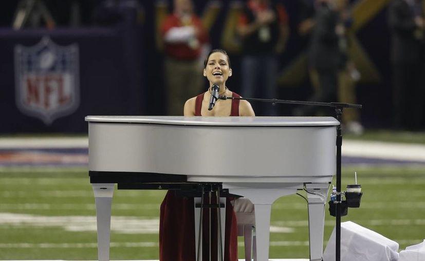 Alicia Keys interpreta el himno de Estados Unidos. (Agencias)