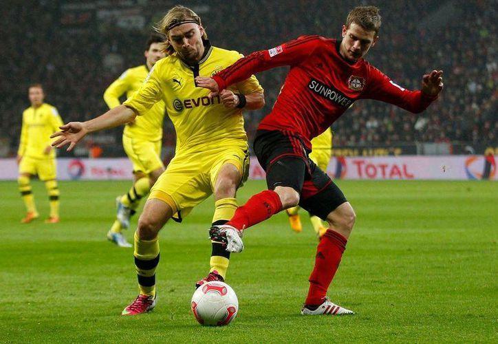 El poderío alemán rumbo al Mundial peligra pues a la baja de Lars Bender por lesión se suman los casos de Lahm y Schweinsteigger, y Khedira, que no viven su mejor momento. (squawka.com)