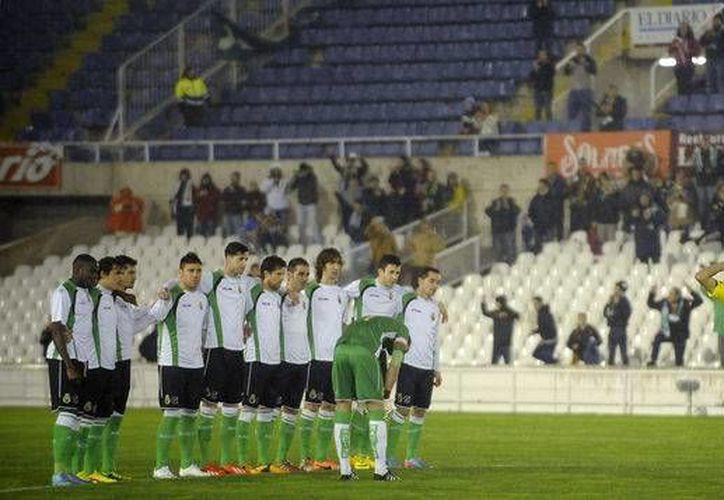 Jugadores del Racing de Santander se quedaron como estatuas desde el silbatazo inicial, en protesta por falta de salario. Se enfrentarían a Real Sociedad, que finalmente fue declarado ganador. (telemetro.com)