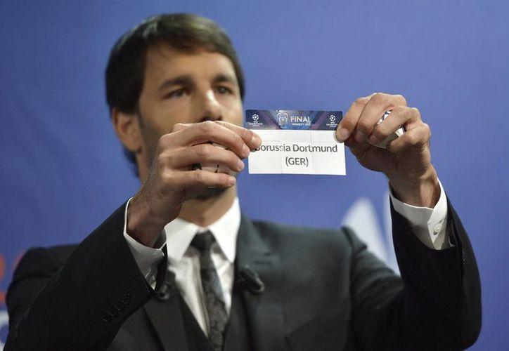 El exfutbolista holandés Ruud Van Nistelrooy muestra la tarjeta del Borussia de Dortmund durante el sorteo la eliminatoria de semifinales de la Liga de Campeones. (EFE)