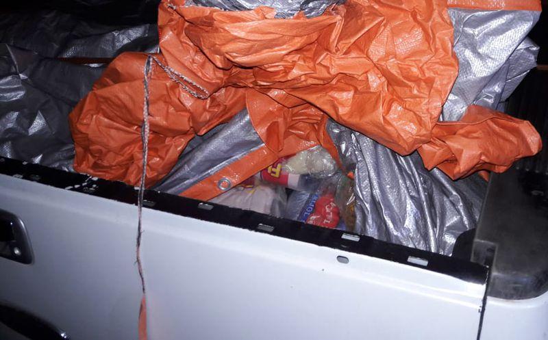 Elementos de la policía municipal de Felipe Carrillo Puerto decomisaron una camioneta particular con 104 paquetes de alimentos. (Joel Zamora/SIPSE)