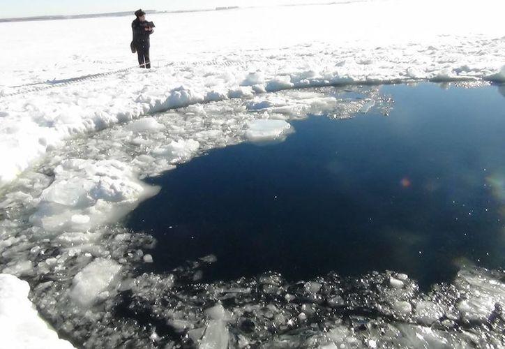 Un resto del meteorito perforó una gruesa capa de hielo en Rusia. (Agencias)