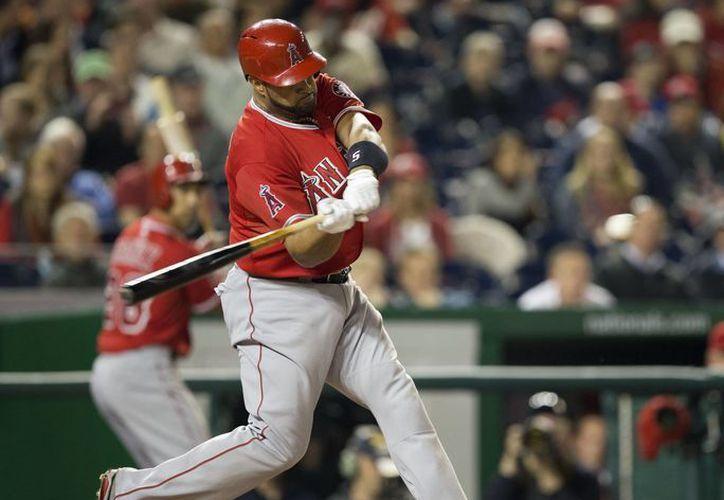 Albert Pujols de los Angelinos de Los Angeles observa la trayectoria del jonrón número 500 de su carrera, bateado en el quinto inning ante los Nacionales de Washington. (Agencias)