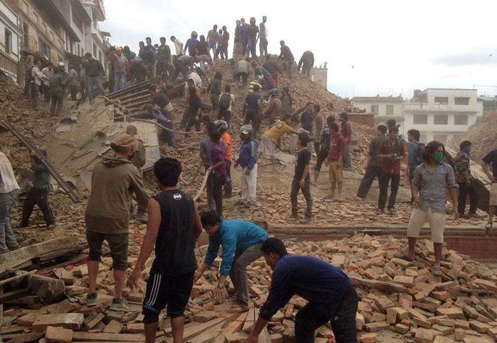 Como ocurre en muchas tragedias, apenas pudieron miles de personas salieron a escarbar entre los escombros para buscar sobrevivientes del sismo de magnitud 7.8 que sacudió Nepal. (AP)