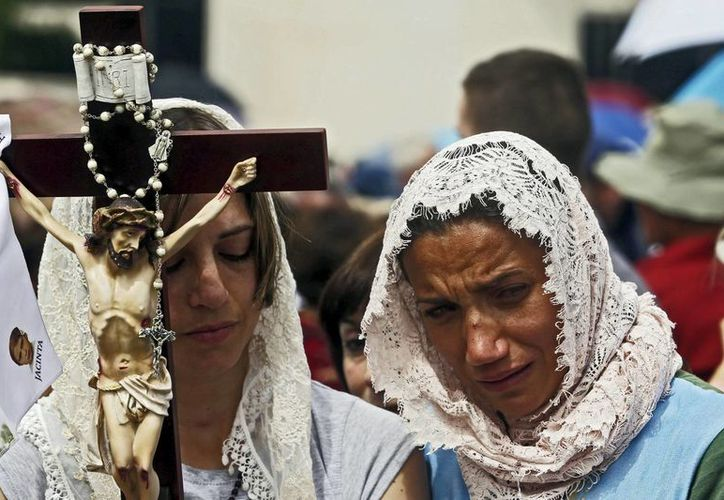Numerosos fieles participan en la peregrinación anual hacia el Santuario de Fátima en Portugal. (EFE)