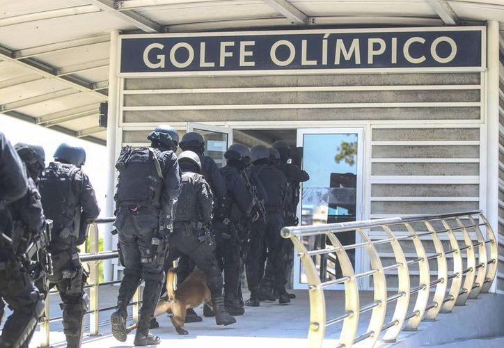 En el simulacro de secuestro, en Río de Janeiro, participaron unos 60 agentes, como parte de los preparativos para las Olimpiadas de 2016. (EFE)