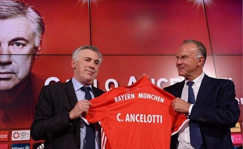 Carlo Ancelotti durante su presentación en el Allianz Arena, casa del Bayern Munich, al lado del exfutbolista y directivo Karl-Heinz Rummenigge. (AP)