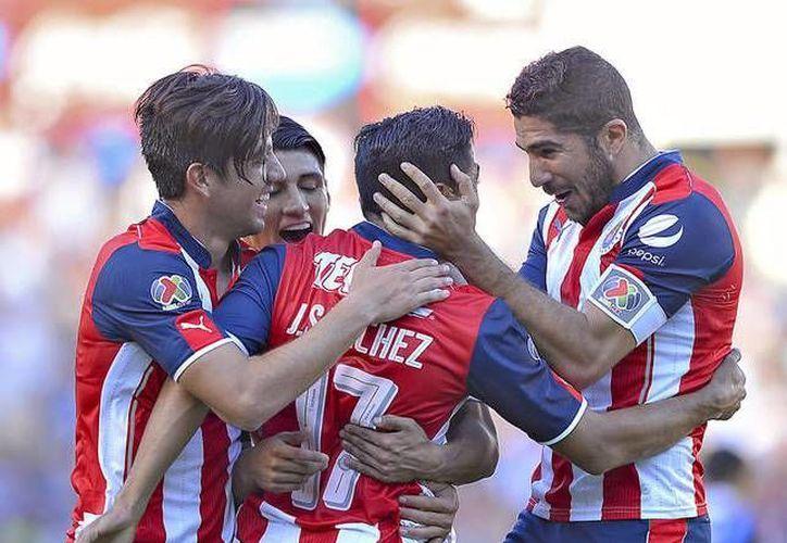 Chivas ascendió hasta la segunda posición general de la Liga MX, luego de vencer 1-0 a los Gallos de Vucetich.(Foto tomada de Mediotiempo)
