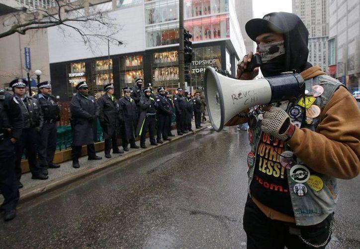 Durante la última década, en EU se han registrado unas mil balaceras fatales por parte de policías en servicio. En la imagen, un hombre grita consignas a policías de Chicago el viernes 27 de noviembre de 2015, durante una manifestación por el asesinato de Laquan McDonald a manos de un oficial. (AP Photo/Nam Y. Huh)