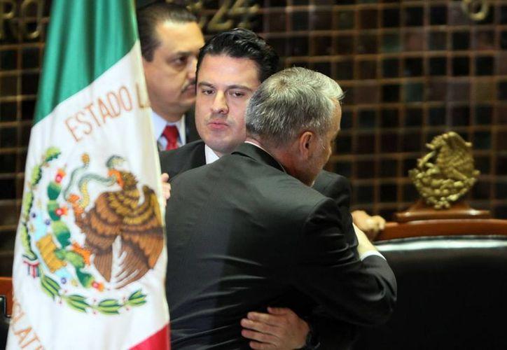 Aristóteles Sandoval es felicitado poco después de rendir protesta como gobernador. (Notimex/Archivo)