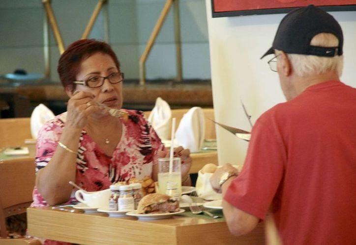 Piden a los restauranteros ofrecer promociones para atraer más clientes. (SIPSE)