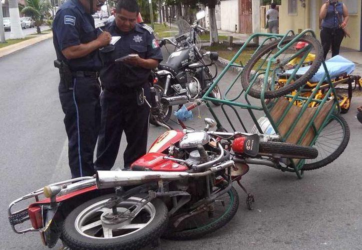 Ambos conductores resultaron lesionados, el motociclista fue trasladado a un hospital.  (Redacción/SIPSE)