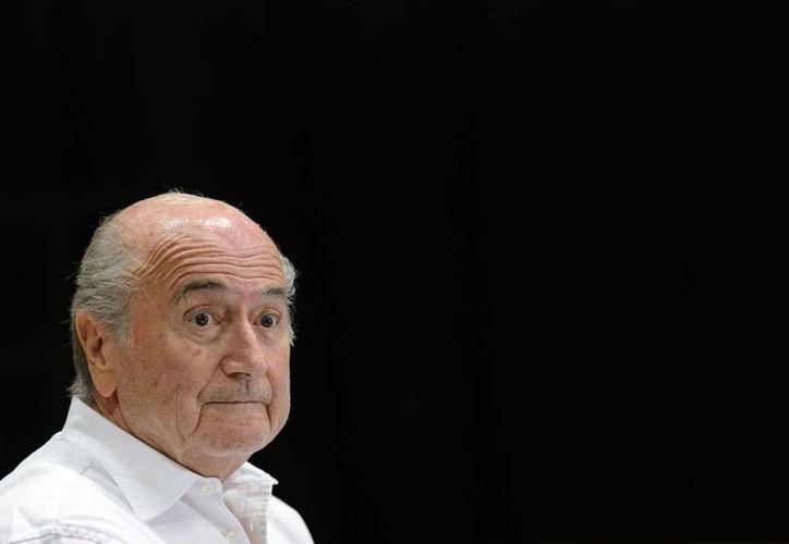 Joseph Blatter, presidente de FIFA, suspendido por corrupción, salió del hospital, tras permanecer siete días en cama. (AP/Archivo)