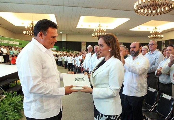 Zapata Bello entrega a la secretaria de Turismo, Claudia Ruiz Massieu, el Plan Estatal de Desarrollo 2012-2018. (Cortesía)