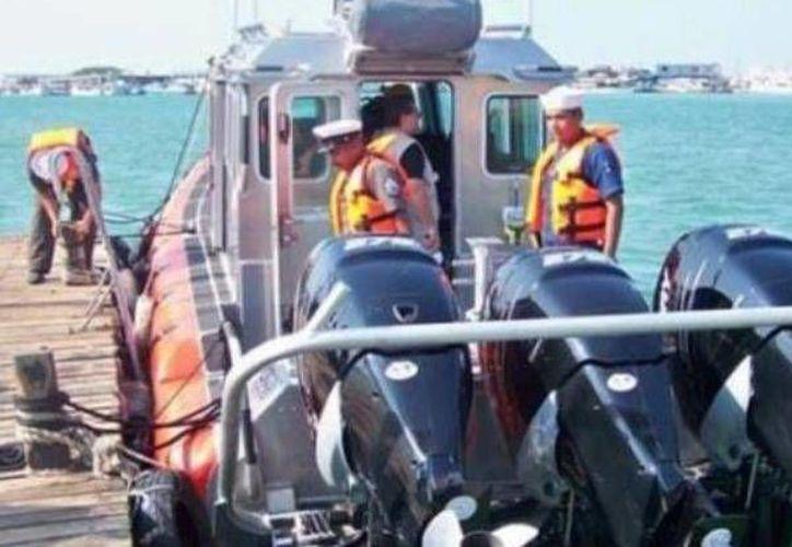 Como los pescadores no pudieron acreditar la propiedad de la embarcación, los rescatistas navales los pusieron a disposición de la Capitanía de Puerto para las investigaciones correspondientes. (SIPSE)