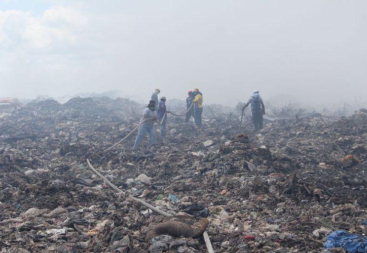 El sitio mantiene una atmósfera inflamable y de emanación de humo en grandes cantidades. (Joel Zamora/SIPSE)