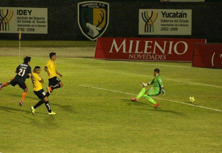 Por el centro entró el gol del chiva Carlos Fierro contra Venados. (Foto: José Acosta/SIPSE)