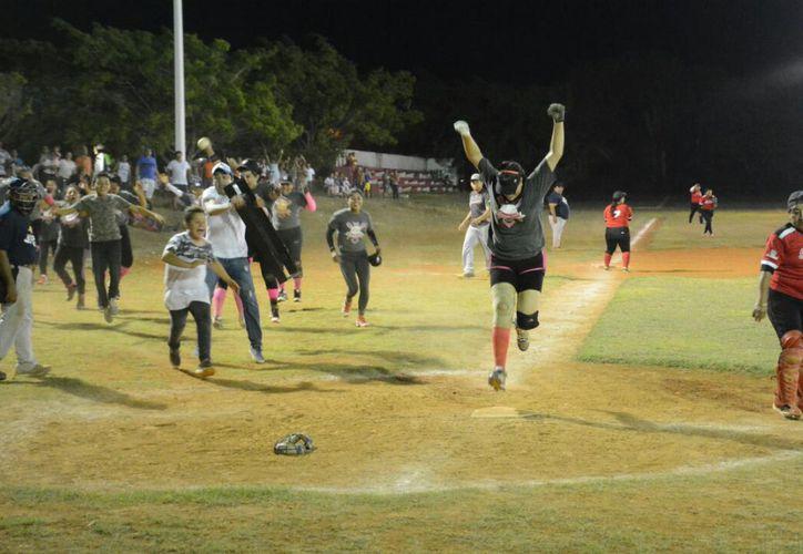 Las Caribeñas estuvieron abajo en el marcador casi todo el encuentro y al final les dieron la vuelta a la pizarra ante unas aguerridas Fantasmas. (Miguel Maldonado/SIPSE)