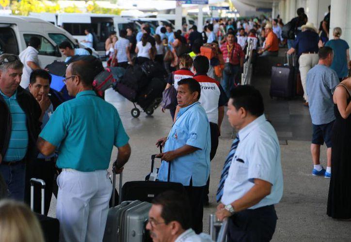 Se observaron largas filas al interior de las terminales aéreas. (Luis Soto/SIPSE)