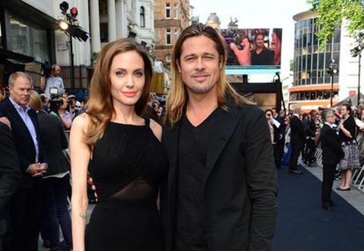 La novia de Brad Pitt llegó de su brazo para el estreno en Londres de la nueva cinta 'World War Z'. (Agencias)