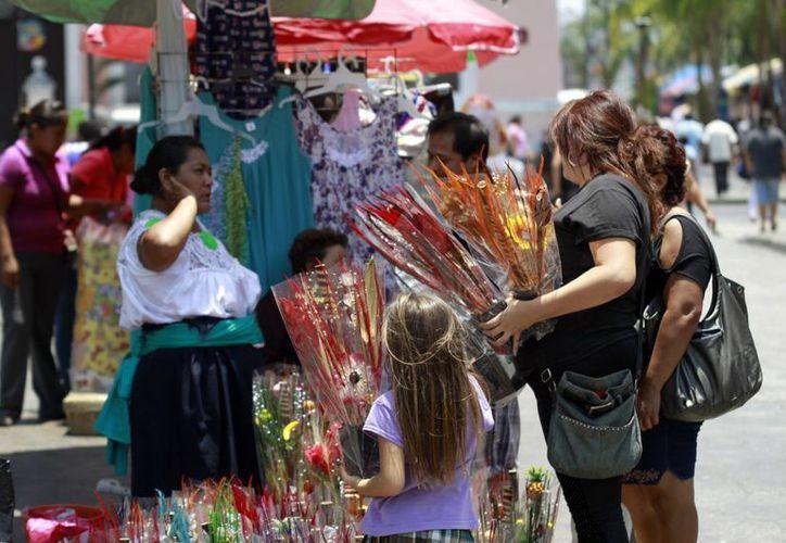 Ambulantes y comercio establecido compiten por los clientes en esta fecha especial. (Christian Ayala/SIPSE)
