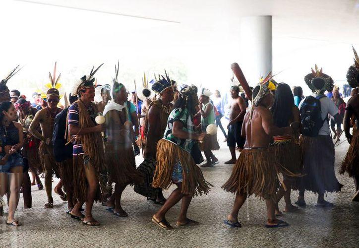Las comunidades indígenas reclaman al presidente Michel Temer la reducción del gasto de organismos que velan por la protección de su territorio. (Notimex)