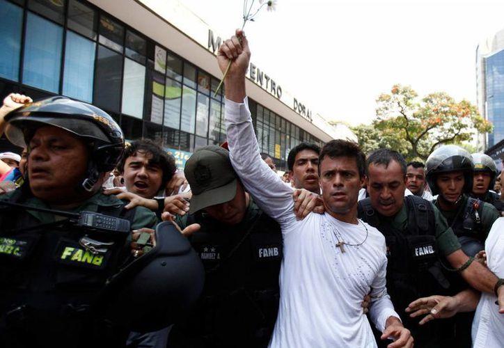 Foto de archivo del líder opositor Leopoldo López al ser escoltado por agentes en Caracas, Venezuela en 2014. El venezolano levantó hoy martes la huelga de hambre que mantenía desde hace 30 días. (AP Foto/Alejandro Cegarra, Archivo)