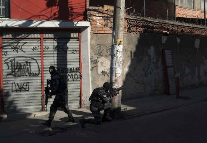 En la imagen, dos elementos de la policía en las calles de la favela de Alemao, en Río de Janeiro. (AP)
