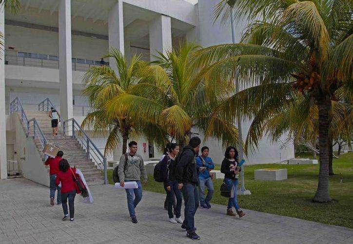 La cita es en la explanada de la Universidad del Caribe los martes y jueves a las 20 horas. (Redacción/SIPSE)