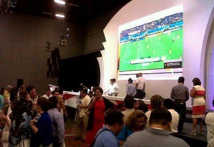 Los diputados observan el partido de México contra Camerún. (Israel Leal/SIPSE)