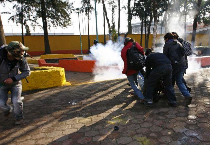 Imagen, presuntamente de Carlos Valdivia, quien es auxiliado luego de caer herido. (Agencias)