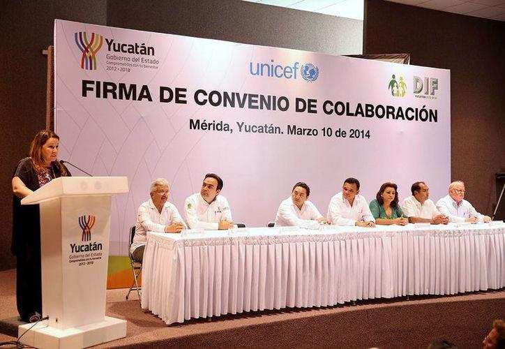 Isabel Crowley, representante de Unicef en México, habla durante la firma del convenio con el gobierno de Yucatán. (Cortesía)