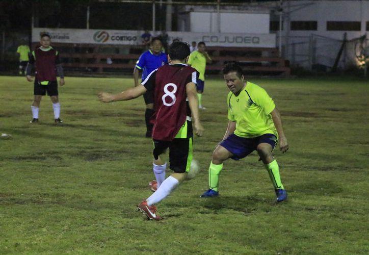 El equipo de Seguridad Pública venció 7-4 a Talleres Gigio, dentro de la Liga de Fútbol de Veteranos, de Chetumal.  (Miguel Maldonado/SIPSE)